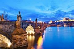Charles-Brücke, Moldau-Fluss, wenig Stadt, Prag-Schloss, Prag Stockfotografie