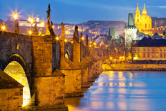 Charles-Brücke, Moldau-Fluss, wenig Stadt, Prag-Schloss, Prag Stockfotos