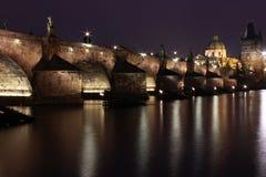 Charles-Brücke nachts Lizenzfreie Stockbilder