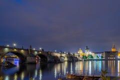 Charles-Brücke nachts Lizenzfreie Stockfotografie