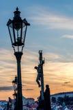 Charles-Brücke in Prag bei Sonnenuntergang Stockbilder