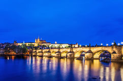 Charles-Brücke in Prag nachts stockbild