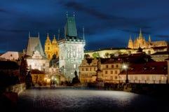 Charles-Brücke u. Hradcany, Prag, bis zum Nacht Lizenzfreie Stockfotos