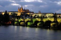 Charles-Brücke und das Prag-Schloss nachts Stockfoto