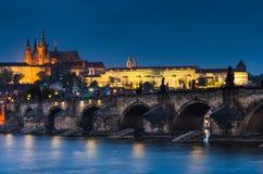 Charles-Brücke und Prag ziehen sich in der nigth Ansicht zurück Stockbilder