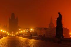 Charles Bridge à Prague (République Tchèque) à l'éclairage de nuit Photos stock