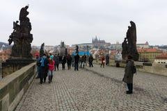 Charles Bridge är en berömd historisk bro som korsar den Vltava floden i Prague Royaltyfria Bilder