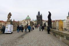 Charles Bridge är en berömd historisk bro som korsar den Vltava floden i Prague Arkivbilder
