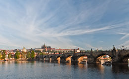 Charles Bridge και Κάστρο της Πράγας το πρωί Στοκ Εικόνες