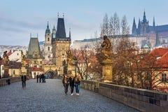 Charles Bridge antique de vieille ville de Prague pendant le début de la matinée Image stock