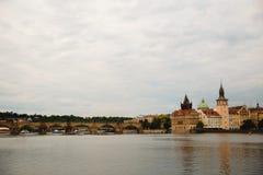 Charles Bridge auf die Moldau-Fluss in Prag, Tschechische Republik lizenzfreie stockbilder