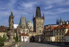 Charles Bridge avec sa statuette, Lesser Town Bridge Tower et la tour de Judith Bridge Images libres de droits