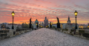 Charles Bridge bei Sonnenaufgang Lizenzfreie Stockfotos