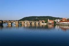 Charles Bridge über dem die Moldau-Fluss in Prag Lizenzfreie Stockbilder