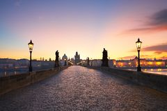 Charles Bridge bij de zonsopgang Stock Foto