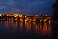 Charles Bridge bij nacht Stock Afbeelding