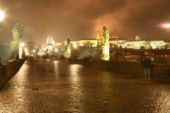 Charles Bridge bij nacht, Praag, stock afbeelding