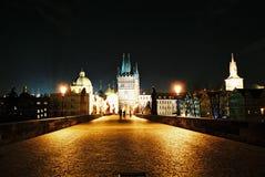Charles Bridge bij nacht in Praag stock foto