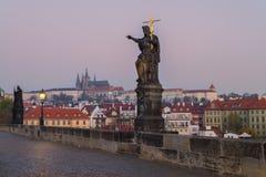 Charles Bridge bij zonsopgang, Praag, Tsjechische Republiek Stock Foto's