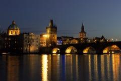 Charles Bridge - Brugtoren - Nacht Prag - nocni Praha Royalty-vrije Stock Foto