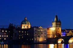 Charles Bridge - Brugtoren - Nacht Prag - nocni Praha Stock Afbeelding