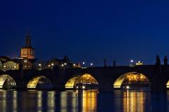 Charles Bridge - Brugtoren - Nacht Prag - nocni Praha Stock Foto's