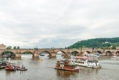 Charles Bridge dalla riva del fiume di Moldava, Praga, repubblica Ceca Immagini Stock