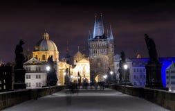 Charles Bridge in de Nacht van de Winter, Praag, Tsjechische Republiek stock foto