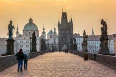 Charles Bridge in de oude stad van Praag bij zonsopgang Royalty-vrije Stock Afbeeldingen