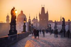 Charles Bridge in de oude stad van Praag bij zonsopgang Stock Afbeelding
