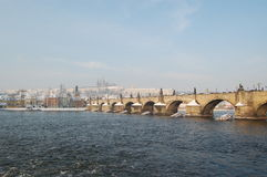 Charles Bridge in de winter Stock Foto's
