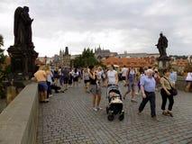 Charles Bridge in de zomer in Praag stock afbeelding