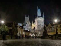 Charles Bridge di notte a Praga immagini stock