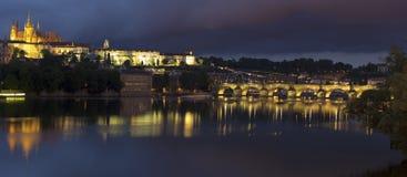 Charles Bridge e castello a Praga alla notte Immagini Stock Libere da Diritti