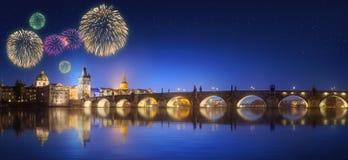 Charles Bridge e fogos-de-artifício bonitos em Praga na noite Imagens de Stock