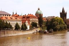 Charles Bridge e torre famosi, Praga Immagini Stock Libere da Diritti