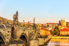 Charles Bridge e vista su Lesser Town dal fiume, Pragu fotografia stock libera da diritti