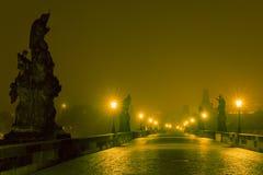Charles Bridge em Praga (República Checa) na iluminação da noite Fotografia de Stock Royalty Free