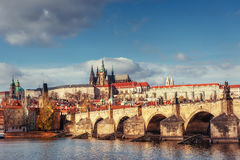 Charles Bridge en el final de un día de verano, Praga Imágenes de archivo libres de regalías