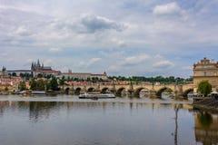 Charles Bridge en el río de Moldava en Praga, República Checa fotografía de archivo