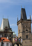 Charles Bridge en Judith Tower Stock Foto's