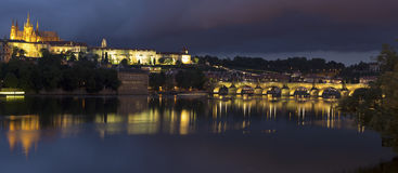 Charles Bridge en Kasteel in Praag bij nacht Royalty-vrije Stock Afbeeldingen