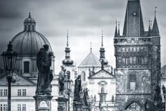 Charles Bridge en monumenten in Praag Stock Afbeeldingen