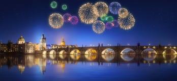 Charles Bridge en mooi vuurwerk in Praag bij nacht Royalty-vrije Stock Fotografie
