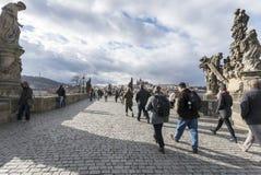 Charles Bridge en Praga con los turistas Fotografía de archivo libre de regalías