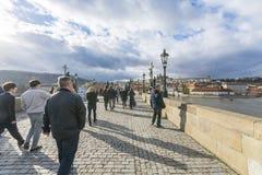 Charles Bridge en Praga con los turistas Imagenes de archivo
