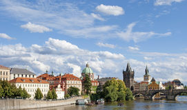 Charles Bridge en Praga en una República Checa del día soleado El capi Foto de archivo libre de regalías