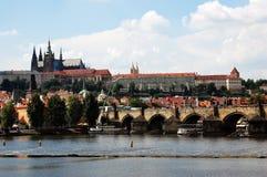 Charles Bridge en St Vitus Kathedraal in Praag Stock Foto's