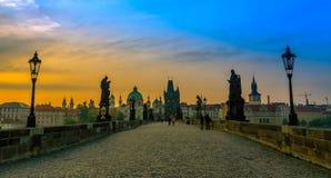 Charles Bridge et vieille ville au lever de soleil Image stock