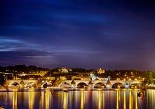 Charles Bridge famoso em Praha em República Checa Imagens de Stock